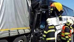 U Litovle se srazil autobus plný malých dětí s náklaďákem. Zranilo se osmnáct lidí