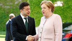 Merkelová jednala se Zelenským. Podpořila sankce proti Rusku a kvůli dehydrataci ji postihl silný třas