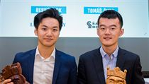 Ding Liren a Thai Dai Van Nguyen (vlevo) s cenami pro vítěze.