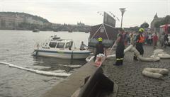 Do Vltavy v Praze uniklo z lodi 60 litrů nafty. Příčina nehody se vyšetřuje