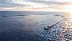 V Pacifiku byla opět instalována hráz na zachytávání odpadu. Má pomoct vyčistit 'pacifickou skládku'