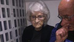 Britská policie splnila přání seniorce a zatkla ji. Na služebně dostala stařenka čaj a dort