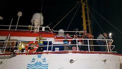 Další loď s migranty bez úspěchu hledá přístav. Odmítly ji Malta i Itálie