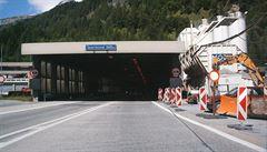 Kouř v tunelu pod Alpami způsobil 18kilometrovou kolonu. Místem jezdí Češi k Jadranu