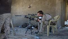 'Chtěl jsem ho uchránit před mučením.' Zajatého bojovníka IS prý neubodal sniper Navy SEALs, ale udusil lékař