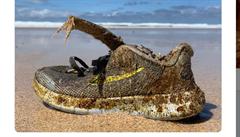 Oceán vyplavuje boty Nike na pláže Atlantiku. Všechny mají identická data výroby