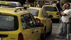 Praha chce po letech povolit taxikářům vyšší ceny, počítá i se změnou podmínek pro Bolt či Uber. Firmy protestují
