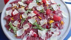 Italové v kuchyni. Carpaccio ze svíčkové, lesními malinami a kozím sýrem