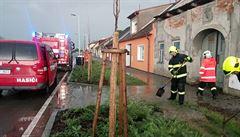Silné bouřky způsobily rozsáhlé výpadky elektřiny, na Kroměřížsku hořel dům po zásahu bleskem