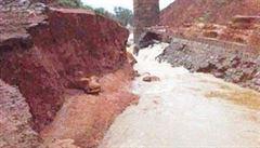 VIDEO: V západní Indii se protrhla přehrada. Voda smetla přes deset domů, zemřelo nejméně sedm lidí