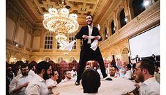 OBRAZEM: Podívejte se, jak vypadala unikátní chasidská svatba, probíhající na pražském Žofíně