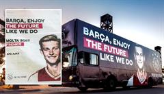Zástupci Ajaxu pronajali dvoupatrový autobus a stránku novin ve Španělsku, aby se rozloučili se svojí hvězdou