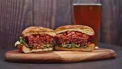 Veganský burger od Beyond Meat je 'vysoce zpracovaný výrobek'. Obsahuje 20 složek, maso ale nenahradí, varuje ústav