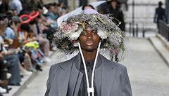Nastupující trend v pánské módě? Čelenky připomínající podivné klobouky
