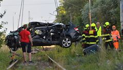 Tragédie na Hradecku. Vlak po srážce tlačil auto 300 metrů, nepřežili dva dospělí a dvě děti