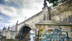 Odstranění graffiti z Karlova mostu musí nejprve schválit památkáři