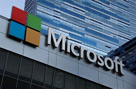 Logo společnosti Microsoft, které se tyčí nad divadlem Microsoftu v Los Angeles.