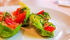 Salát z uzeného lososa, podmáslí a fermentovaných ředkviček