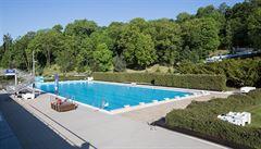 Počasí a koronavirus decimují pražské venkovní bazény. V přírodních koupalištích je voda povětšinou dobrá