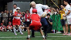 VIDEO: Hlavička do rozkroku, sestřelené dítě. Britský premiér Johnson při sportu baví i překvapuje