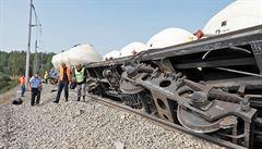 Stroje vyprošťují vykolejený vlak s vápnem, pomoci musí i železniční tank. Video ukazuje padající vagony