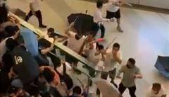 VIDEO: Dav maskovaných mužů útočil na cestující na nádraží v Hongkongu. Bylo zraněno 45 lidí