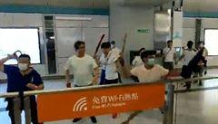 Hongkongská policie zatkla šest lidí kvůli útoku na demonstranty. Čína z násilí viní USA