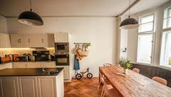 Jak bydlí designéři: repasovaný nábytek, velký stůl a byt plný slunce