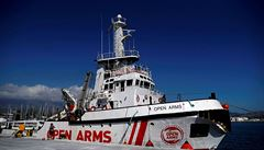 Španělská loď s migranty stále čeká na povolení. Na palubě se nyní nachází 128 běženců