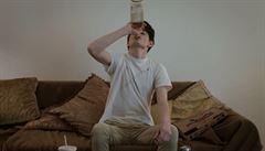 Lahvinka za lahvinkou. Film Abstinent mimo jiné upozorňuje na alkoholismus mládeže