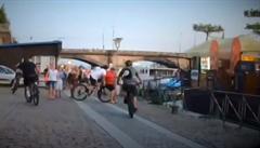 VIDEO: 'Cyklogang' si z návštěvníků pražské náplavky udělal dopravní kužely. S jedním se srazil