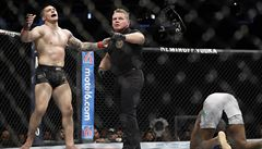 VIDEO: Tři prudké kopy do rozkroku. Americký obr se zkroutil bolestí, přesto v zápase UFC zvítězil