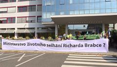 Aktivisté blokovali vstup ministerstva životního prostředí, resort nenásilnou podobu protestu ocenil