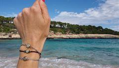 Náramky, prsteny i manžetové knoflíčky. Písek do nich sbíráme po celém světě, říkají designéři