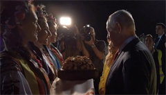 VIDEO: Netanjahuova žena pohrdla ukrajinským chlebem, po příletu ho odhodila na zem