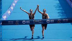 Skandální rozhodnutí. Dvě triatlonistky byly diskvalifikovány, protože doběhly do cíle společně. Zlato brala až třetí v cíli