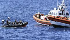 Britové zadrželi v průlivu La Manche přes 60 migrantů. Byli převezeni do přístavu