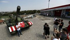 Fanoušci Crvené zvezdy zaparkovali před bojem o Ligu mistrů před stadion tank z jugoslávské armády