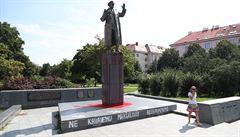 Policie nevypátrala vandala, který polil Koněvovu sochu barvou. Případ proto odložila