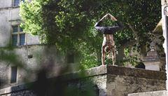 Stoje na rukou může dělat každý, bez ohledu na věk či váhu, říká cvičitel jógy