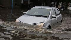 Budete muset zmlknout, plísnila dispečerka ženu v zatopeném autě chvíli před smrtí