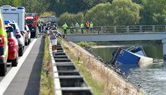 Kamion po srážce s osobním autem spadl do přehrady, řidič auta zemřel
