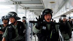 Hongkongské úřady brání protestům u letiště. Hledají deštníky či obličejové masky, symboly protestujících