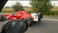 Po dálnici D4 jela červená formule. Natočili ji ostatní motoristé, po řidiči pátrá policie