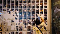 Stoupenci Pekingu čiští v Hongkongu stěny inspirované pražskou Lennonovou zdí