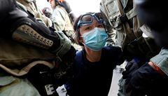 V Hongkongu demonstranti zapálili v ulicích barikády. Policie proti nim použila slzný plyn