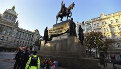 'Nedejte zahynout nám i budoucím.' Hnutí Vzpoura proti vyhynutí pověsilo na sochu svatého Václava transparent