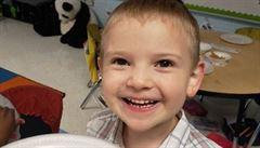 Pětiletý chlapec s autismem byl označen za 'sexuálního útočníka'. Objímal spolužáky
