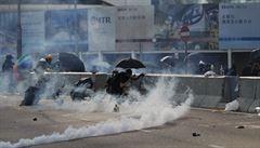 Policie v Hongkongu po demonstrujících poprvé střílela. Stav zasaženého studenta je kritický