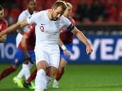 Kapitán Anglie Harry Kane střílí z penalty první gól zápasu.